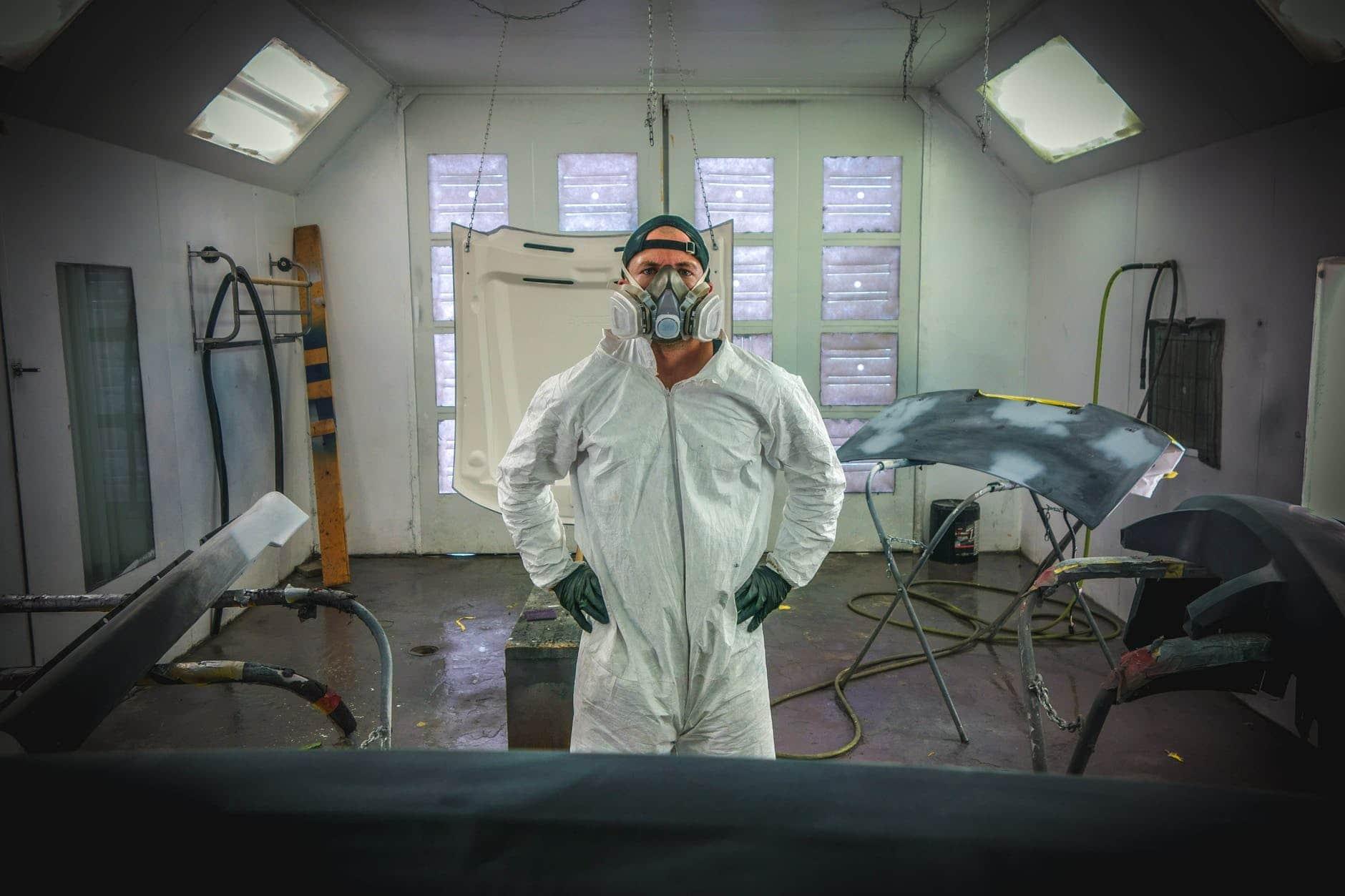 Smart Repair Mann in Werkstatt in Biberach